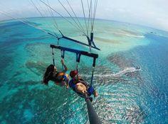 """O arquipélago de San Andrés no caribe colombiano é também conhecido como """"mar das sete cores"""" - pela foto não é difícil entender o motivo desse nome Está sob domínio da Colômbia apesar da Nicarágua reclamar a soberania desta e de outras ilhas adjacentes. Que tal a cor dessa água? A @frecinha viu todo esse paraíso azul lá do alto em um passeio de parasail Saiba mais sobre San Andrés e outros destinos no site http://ift.tt/1EbJ8ay"""