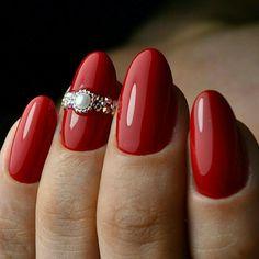 nail rosse, un'idea per realizzare una manicure elegante e raffinata con delle applicazioni sull'anulare
