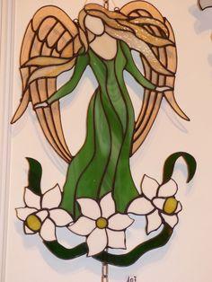 Vitrail Tiffany. Printemps. Ange printemps en robe verte longue aux motifs fantaisies. : Décorations murales par vitrauxstyles