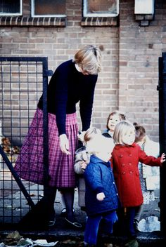 Sometime between Sep 1980 - Feb Lady Diana Spencer escorting toddlers at Young Kindergarten in Knightsbridge, London, where she worked as a Nursery Teacher. Lady Diana Spencer, Spencer Family, Charles Spencer, Charles And Diana, Prince Charles, Princesa Diana, Princess Diana Pictures, Diana Fashion, Diane