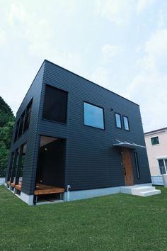 ガルバリウムと木を組み合わせたおしゃれ外壁の家の画像集木目 紺 黒