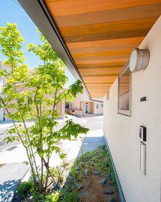 杉板の軒天井。色んな色をランダムで塗りました。軒天井の木張りは結構おすすめです! #グランハウス#岐阜#設計事務所#住宅設計 #注文住宅#自由設計#軒天井#木張り#板張り #外構#シンボルツリー#外観#お洒落な家 #かわいい外観#外装#庭#おしゃれな家