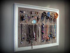 Cadre porte-bijoux. Œillets pour les boucles d'oreilles, crochets pour les bracelets et poignées d'armoires pour les colliers.