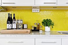 There's something so peppy about this lemon tiled backsplash - how refreshing!