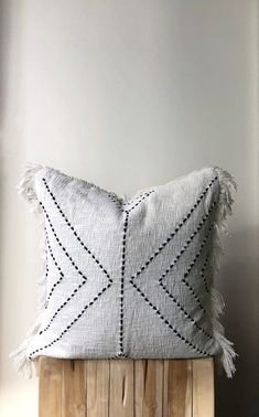 Natural Cotton Pillow with fringe. Natural cream colour with black arrow stitch design. Neutral colour - My CMS Cute Pillows, Diy Pillows, Decorative Pillows, Throw Pillows, Pillow Ideas, Diy Cushion, Cushion Covers, Pillow Covers, Cushion Pillow