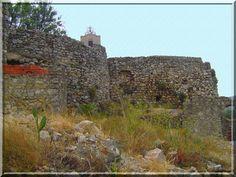 Le département de l'Aude offre des châteaux au contraste étonnant. Par exemple à Paziols, ce clocher entouré de murs  très primitifs, sont ce les vestiges d'une église fortifiée ou les restes d'un château fort ?