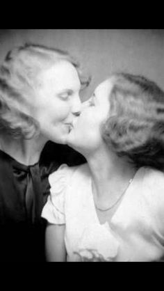 Vintage LGBT – Adorable Photographs of Lesbian Couples in the Past That Make You Always Believe in Love Vintage Lesbian, Lesbian Love, Lesbian Couples, Vintage Love, Vintage Images, Vintage Kiss, Vintage Postcards, Morgana Le Fay, Art Gay