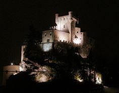 Il castello di Saint Pierre | Salendo verso Courmayeur, subito dopo Aosta, compare a destra su di un'altura; con le sue torri leggiadre sembra il castello delle fate, ed e' l'unico in val d'Aosta ad avere questo aspetto un po' magico...   Il castello di Saint Pierre è uno dei più antichi della Valle d'Aosta e la sua esistenza è citata per la prima volta in un documento del 1191. Esso deve il nome ai suoi primi proprietari, i De Sancto Petro, ai quali si devono le due t