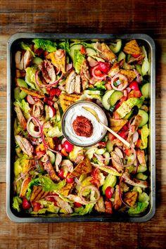 Libanese maaltijdsalade met sumak en gegrilde kip - Culy.nl Salade Caprese, Healthy Recepies, Beef Stroganoff, Food Inspiration, Love Food, Salad Recipes, Food Porn, Food And Drink, Healthy Eating