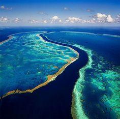 Entre récifs colorés et falaises imposantes, laissez-vous envoûter par la…