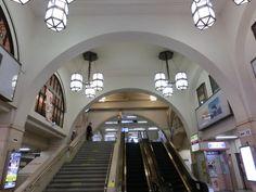阪急電鉄の駅や高架などには、戦前に建てられたレトロな近代建築で今でも活躍して...