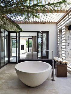Breathtaking 10 Wonderful Modern Outdoor Bathtub Design Ideas For You To See For those who like to take a bath and like the beautiful feel of nature, having an outdoor bathtub requires a whole new level and is the right idea! Bad Inspiration, Bathroom Inspiration, Interior Inspiration, Bathroom Ideas, Open Bathroom, Bathtub Ideas, Bathroom Bath, Bathtub Shower, Remodel Bathroom