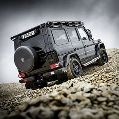 Mercedes-Benz have made available to their legendary G‑Class line-up, an optional Professional Off-Road package. The Professional is the ideal companion for challenging off-road use and adventurous, off-the-mainstream expeditions. Mercedes G Wagon, Mercedes Benz Amg, Benz Car, Mercedes G Professional, Merc Benz, Suv Models, Bentley Mulsanne, Suv Cars, Luxury Suv