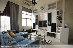以白色基調為主,搭配水藍色的沙發組合,替空間挹注清新的簡約意趣。