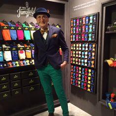Even voorstellen: de heer Günther Anton Krabbenhöft uit Berlijn. Is geen typische rentenier of 'oude van dagen'. Wat wel? Een heerlijke levensgenieter, houdt van mode én......... techno. 70 jaartjes jong en een hit op het internet. Lekker zichzelf. Daarom! Suit Fashion, Party Fashion, Mens Fashion, Sparkle Outfit, Mein Style, Cycle Chic, Black And White Blouse, Men Formal, Mature Men