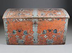 Rosemalt kiste med eiernavn og dat. 1776. Dekorert også innv., bl.a. med hest og rytter. L: 117 cm.