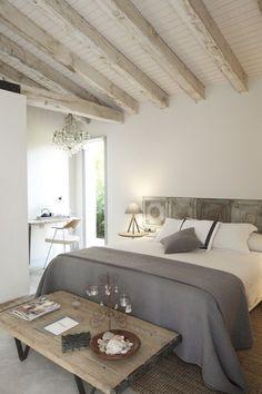 quarto decorado com tons neutros, decoração neutra para quarto casal, teto rústico