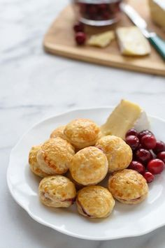 Cranberry Baked Brie Puff Pastry Bites - the perfect make-ahead puff pastry appetizer. Puff pastry cut into rounds, then filled with cranberry and Brie. Baked Brie Puff Pastry, Puff Pastry Appetizers, Puff Pastry Recipes, Flaky Pastry, Puff Pastries, Easy Make Ahead Appetizers, Appetizers For Party, Appetizer Recipes, Appetizer Ideas