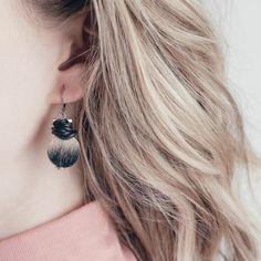 Mau - 2018 Ces boucles d'oreilles faites à la main méditent sur le principe guidant Anne-Marie Chagnon dans la collection Point d'origine. Une bille de bois, de bois enrobé de résine ou de résine, au fini naturel, représente les possibilités infinies du cercle – comme celles qu'offre la vie quand on y plonge décidemment. #annemariechagnon #pointdorigine #collection #fashion #earring #outfit #women