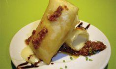 CROQUETA LIQUIDA DE QUESO, consiste en un rollito de primavera relleno de queso Brie y bañado en salsa pesto roja de avellanas