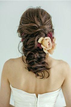 タイトにならないよう、ふんわりと立体感を出すようにまとめるのがポイント! ウェディングドレス・カラードレスに合う〜ハーフアップの花嫁衣装の髪型まとめ一覧〜