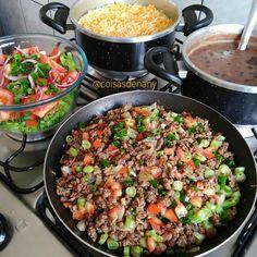 Fiz também arroz com cenoura, salada de alface, tomate, cebolinha e cebola roxa e carne moída com vagem e tomate 🤗 . Carne moída: temperei com alho, sal, refoguei bem, coloquei páprica picante e ervas finas, cebola picadinha e vagem, deixei refogando e cozinhando tampado no fogo baixo, depois coloquei tomate e dei uma misturadinha, finalizei com cebolinha 😃 ficou tudo de bom 😋 . Vamos? Healthy Meal Prep, Healthy Cooking, Healthy Eating, Clean Recipes, Pork Recipes, Healthy Recipes, Haitian Food Recipes, Greek Recipes, International Recipes