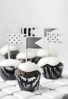Tons of washi tape designs on Etsy. Must try this for next party. Washi craft - DIY simple tape flags for cupcakes Cupcake Flags, Cupcake Toppers, Cupcake Cakes, Black And White Cupcakes, Decoration Evenementielle, Tape Crafts, Noel Christmas, Partys, Cupcake Recipes