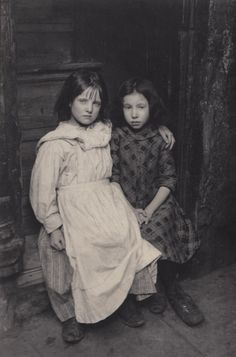 Spitalfields Nippers - Wakefield Sisters Photo: Horace Warner, ca. early 1900s
