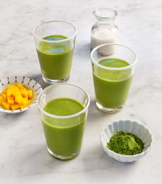 This easy mango smoothie is banana-free, as the mango makes a delicious texture on its own. Matcha adds extra antioxidants to this healthy, sweet breakfast or snack! Smoothie Au Matcha, Smoothies Banane, Smoothie Fruit, Mango Smoothie Recipes, Green Tea Smoothie, Strawberry Banana Smoothie, Apple Smoothies, Healthy Smoothies, Healthy Drinks
