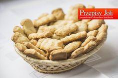 CIASTKA MAŚLANE ROBIONE PRZEZ MASZYNKĘ Składniki: 4 szklanki mąki pszennej 1 1/2 kostki masła (250g) 1 szklanka cukru pudru 6 łyżek gęstej śmietany 1 jajko 1 łyżeczka proszku do pieczenia 4 łyżeczk...