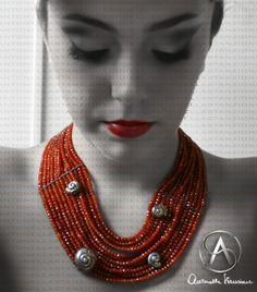 Preziosa collana  a tappeto ,formata da granata arancio con applicazioni di conchiglie in argento ,lavorate a mano e intarsi in oro 18 Kt.