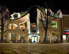 Si chiama Krzywy Domek e si trova a #Sopot, è anche definita la casa ubriaca per via della sua assurda forma, caratterizzata da linee curve e contorte. L'edificio è situato si trova su via degli Eroi di Monte Cassino a Sopot. E' stato costruito nel 2003 sul progetto dello studio architettonico Szotyński, prendendo spunto dai fumetti di Jan Marcin Szancer e Per Dahlberg.