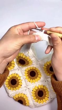 Diy Crochet Flowers, Crochet Sunflower, Crochet Flower Tutorial, Crochet Flower Patterns, Crochet Designs, Crochet Crafts, Crochet Projects, Knitting Patterns, Bead Embroidery Tutorial