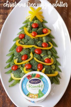 Christmas Tree Veggie Platter - a simple, festive and fun dish to make for all your upcoming holiday parties and get togethers.