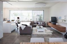 תוצאת תמונה עבור סלון ריצוף אפור Outdoor Furniture Sets, Outdoor Decor, Dining Bench, Sweet Home, Couch, Flooring, Living Room, Design, Modern Living