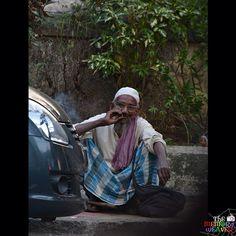 A man smokes a bidi at the side of a busy road in Bandra, Mumbai. #TheMemoryWeaver