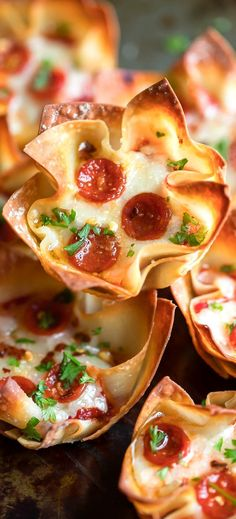 These easy cheesy Wonton Pizza Cups are fast, flavorful, and easy to customize with all your favorite pizza toppings! We love ours with pizza sauce, cheese, and pepperoni and sometimes add mushrooms and peppers in on the mix too! So tasty! Sausage Recipes, Crockpot Recipes, Cooking Recipes, Steak Recipes, Chicken Recipes, Lasagna Recipes, Turkey Recipes, Pizza Recipes, Baked Chicken