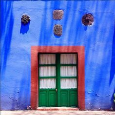 Simplicity and Color creates a level of luxury you can't buy.Hh Tour Frida Kahlo's Casa Azul, Soon to Be Recreated at the New York Botanical Garden Glass Photography, City Photography, Ny Botanical Garden, Cidades Do Interior, Frida And Diego, Encaustic Painting, Mexico Travel, Blue Walls, House Colors