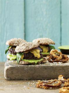 Lækre mini-burgere, sliders, med lammekød, ramsløgsmayo og sprøde løgringe. Er det uden for ramsløgssæsonen, kan du fx bruge hvidløg eller purløg i stedet.