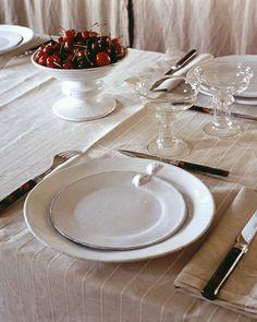 Assiettes Astier de Vilatte pour une table sobre et chic.