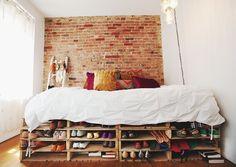 Cama montada com pallets para guardar sapatos.   Achamos a ideia fofa, mas não serve para todas as alturas de sapatos. *O lado positivo dessa ideia é que otimiza o espaço, pois esse móvel/cama tem duas funções no mesmo lugar.!