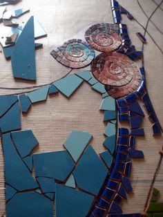 Mosaico sobre pared. Les invito a seguir el proceso de este mosaico proyectado para una residencia particular en la isla de Mallorc... Mosaic Artwork, Mosaic Wall Art, Mosaic Diy, Mosaic Tiles, Stone Mosaic, Mosaic Glass, Glass Art, Tile Crafts, Mosaic Crafts