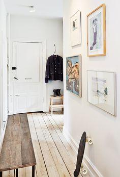 I entreen hænger en akvarel af Peter Vilhelm Nielsen, et maleri af Peter Bonde, en kollage af Peter Vilhelm Nielsen og 'De Forelskede', et oliemaleri af Wilhelm Freddie.