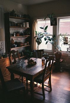 home dining room dark wood Room Inspiration, Interior Inspiration, My New Room, Home Interior, Cozy House, Dining Area, Small Dining, Dining Tables, Dining Rooms