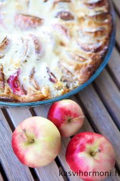 Omenapiirakka, joka syntyy käden käänteessä - voiko parempaa toivoa? Pohjaan tulee jogurttia, mikä tekee kokonaisuudesta mehevän. Sweet Bakery, Food And Drink, Apple, Baking, Fruit, Desserts, Lily, Finland, Cupcakes