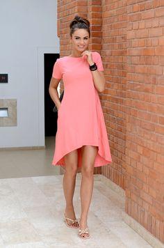 Piękna letnia sukienka w jednobarwnej odsłonie. Luźna o asymetrycznym kroju, posiada kieszenie. Doskonała do licznych stylizacji na każdą okazję. Oryginalnie zapakowana z kompletem metek.