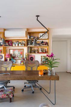 Decoração, decoração de apartamento, apartamento, apartamento grande, luz natural, home office, escritório, escritório em casa, plantas, plantas na decoração, mesa de madeira.