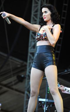 Katy Perry in a Tiny Outfit on Stage - High-waist, super tight, super shiny and super short shorts, skin colored fishnets, flats and photographed from below. yet Katy still manages to loo. Katy Perry Body, Katy Perry Legs, Katy Perry Pictures, Female Singers, Celebs, Celebrities, Look Fashion, Lady, Rave Outfits