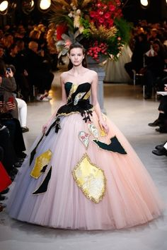 View the full Viktor & Rolf Spring 2017 couture collection.