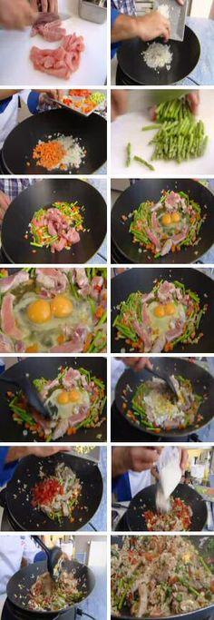 Gebakken rijst wokken met groenten, reepjes vlees, ei en rijst Mooi overzicht